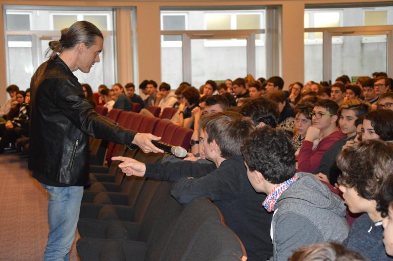 """Il progetto """"Rock History"""" è nato per parlare della storia degli ultimi 50 anni ai ragazzi delle scuole attraverso il Rock Qui Gabriele Medeot, il promotore, è con i ragazzi di una scuola superiore."""